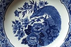 Engelsk porcelæn, hvid baggrund med dekoration i blå nuancer
