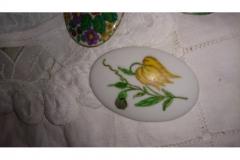 Lille emaljeskilt, m. blomst kr. 50,00