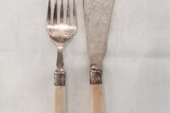Mark Willis & Sons, engelsk. Kagebestik, MW&S. sølvplet (EP) + benskaft. Gaffel (22 cm) Kniv (28,5 cm) Samlet pris 450,-