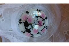 Broche med blomster i emalje kr. 40,00